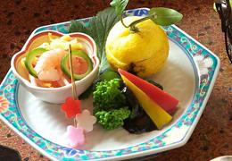 自家製の野菜など旬の食材を使用した前菜